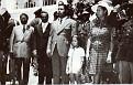Luc Désir, Luckner Cambronne (apparemment), Jn. Claude Duvalier, Natacha Foucard et Simone Duvalier entourés d'officiers.